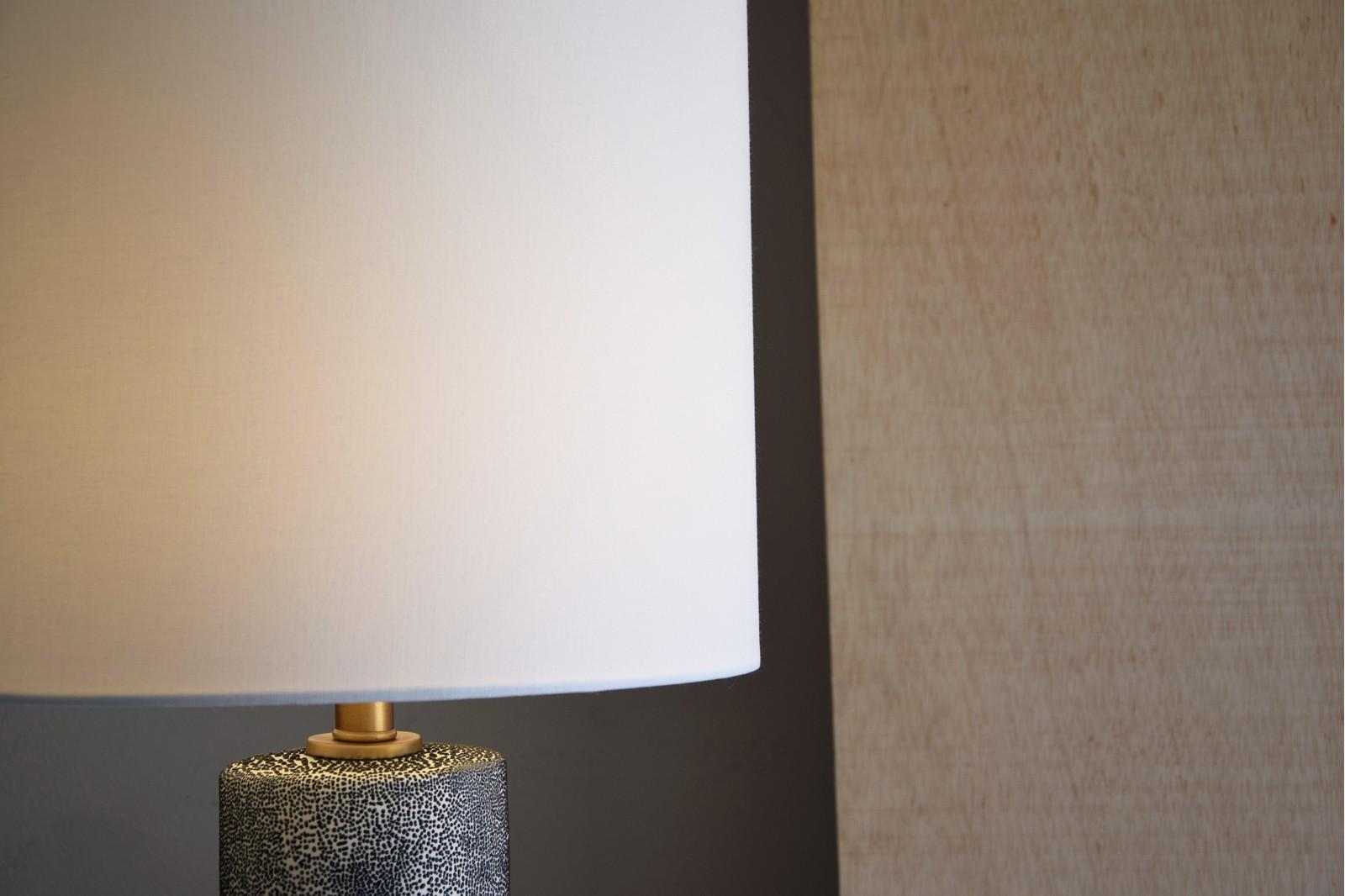 CERAMIC TABLE LAMP W/SHADE. LARGE