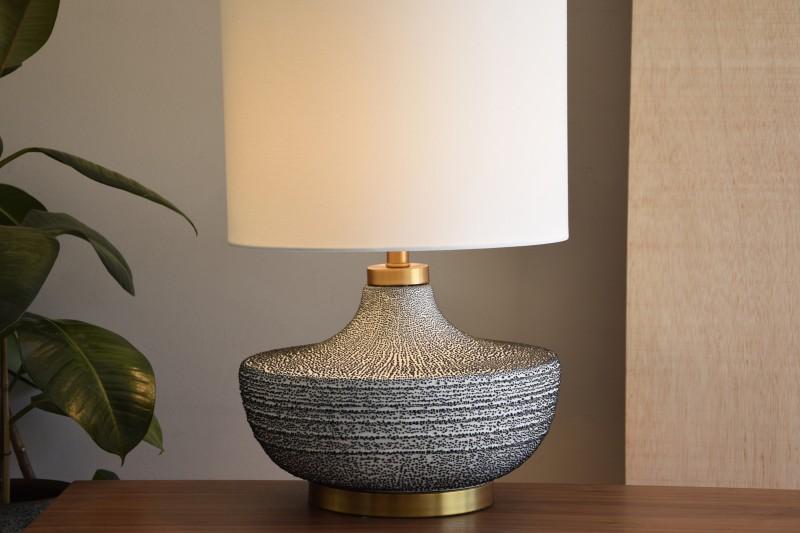 CERAMIC TABLE LAMP W/HSADE. SMALL