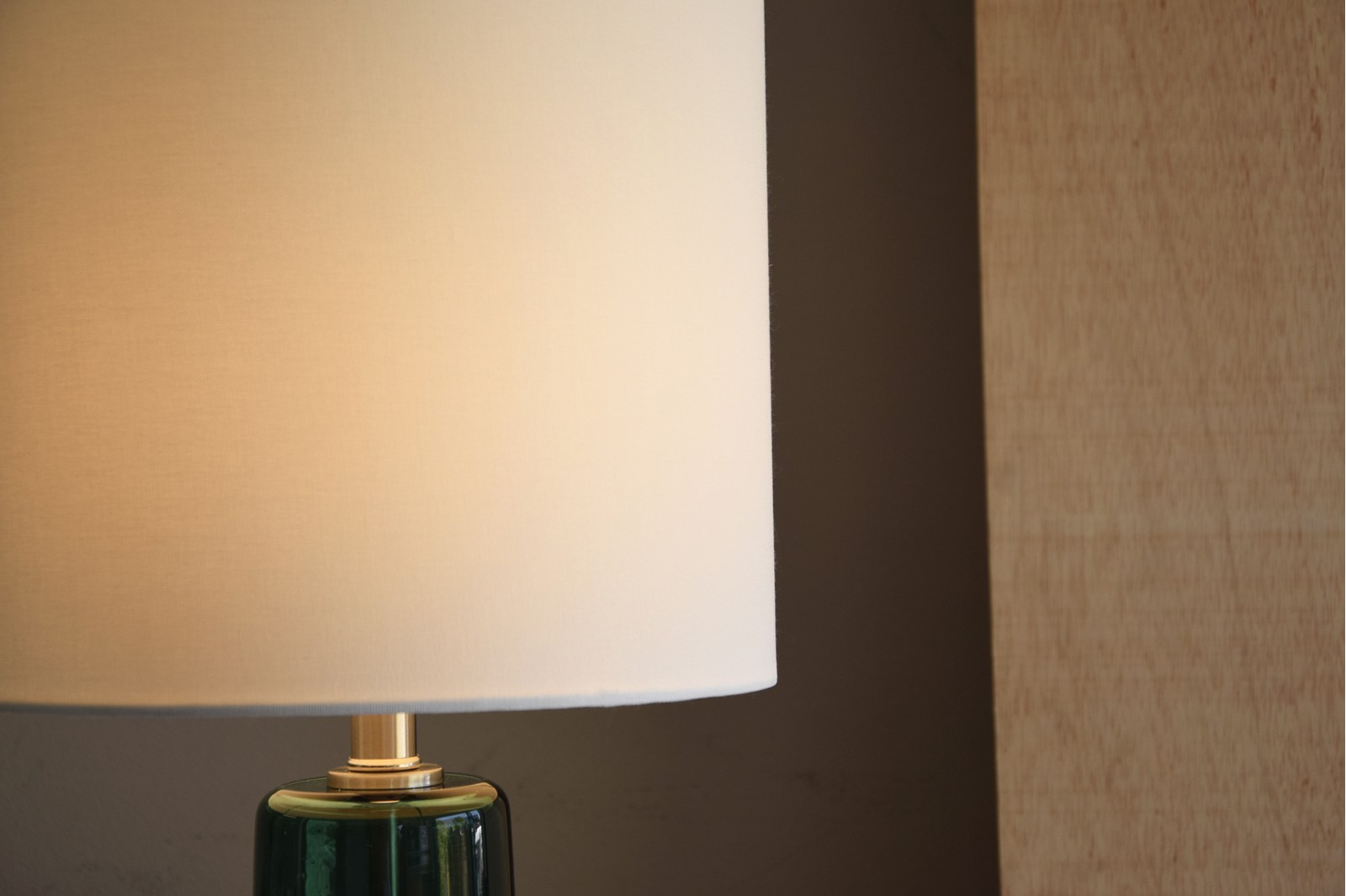 GREEN GLASS TABLE LAMP WITH SHADE