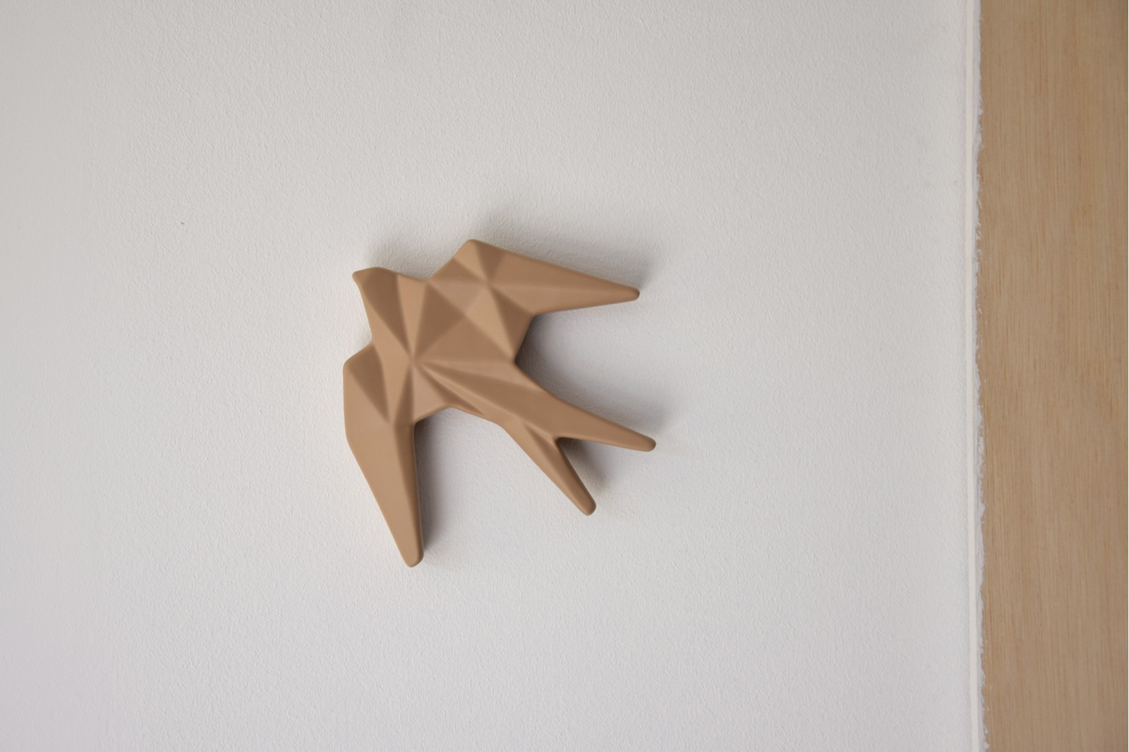 CERAMIC SWALLOW TO HANG ON THE WALL. NUDE. MINI