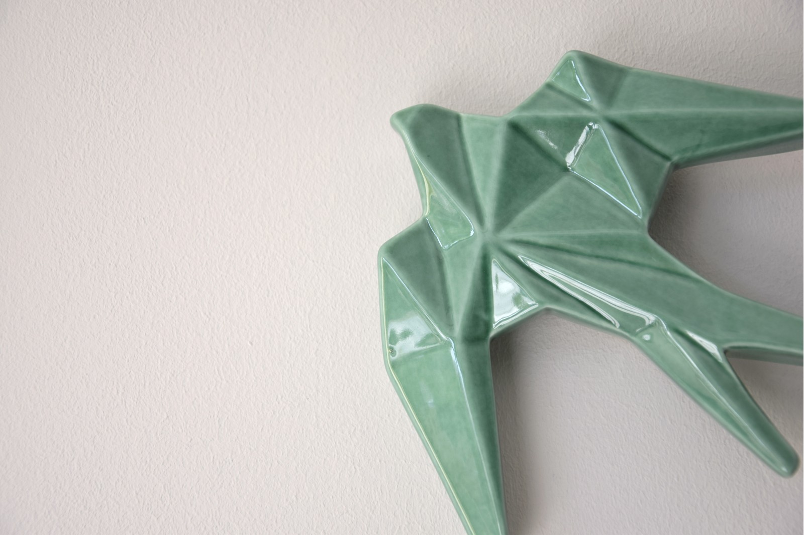 CERAMIC SWALLOW TO HANG ON THE WALL. GREEN G. MINI