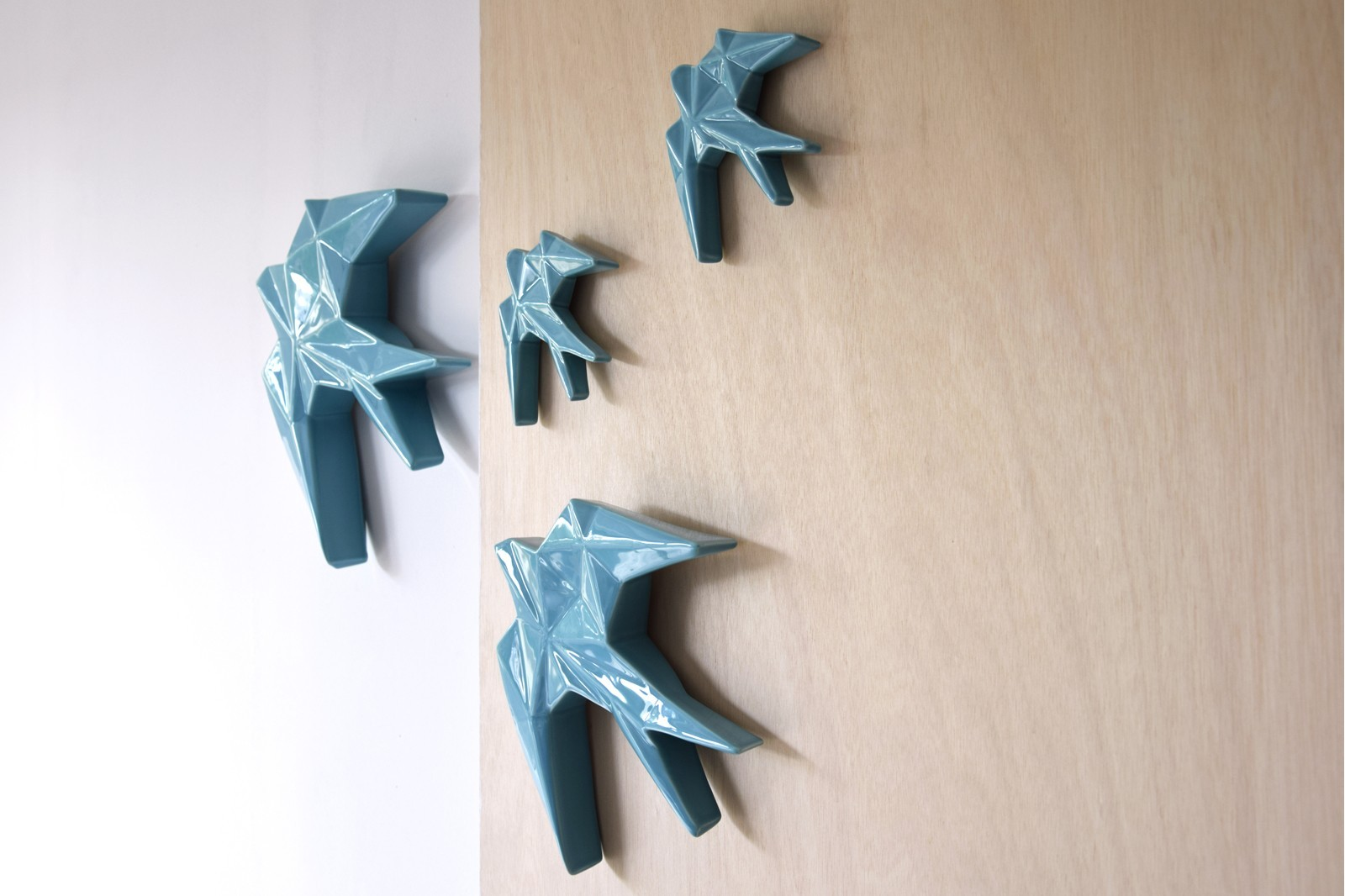 CERAMIC SWALLOW TO HANG ON THE WALL. BLUE. MINI