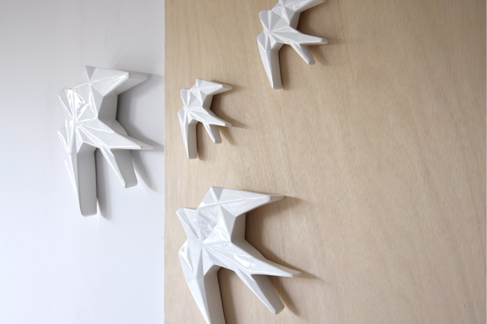CERAMIC SWALLOW TO HANG ON THE WALL.WHITE.MINI