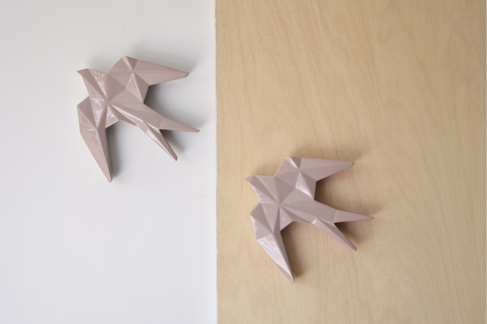 CERAMIC SWALLOW TO HANG ON THE WALL. PINK DOTS LG