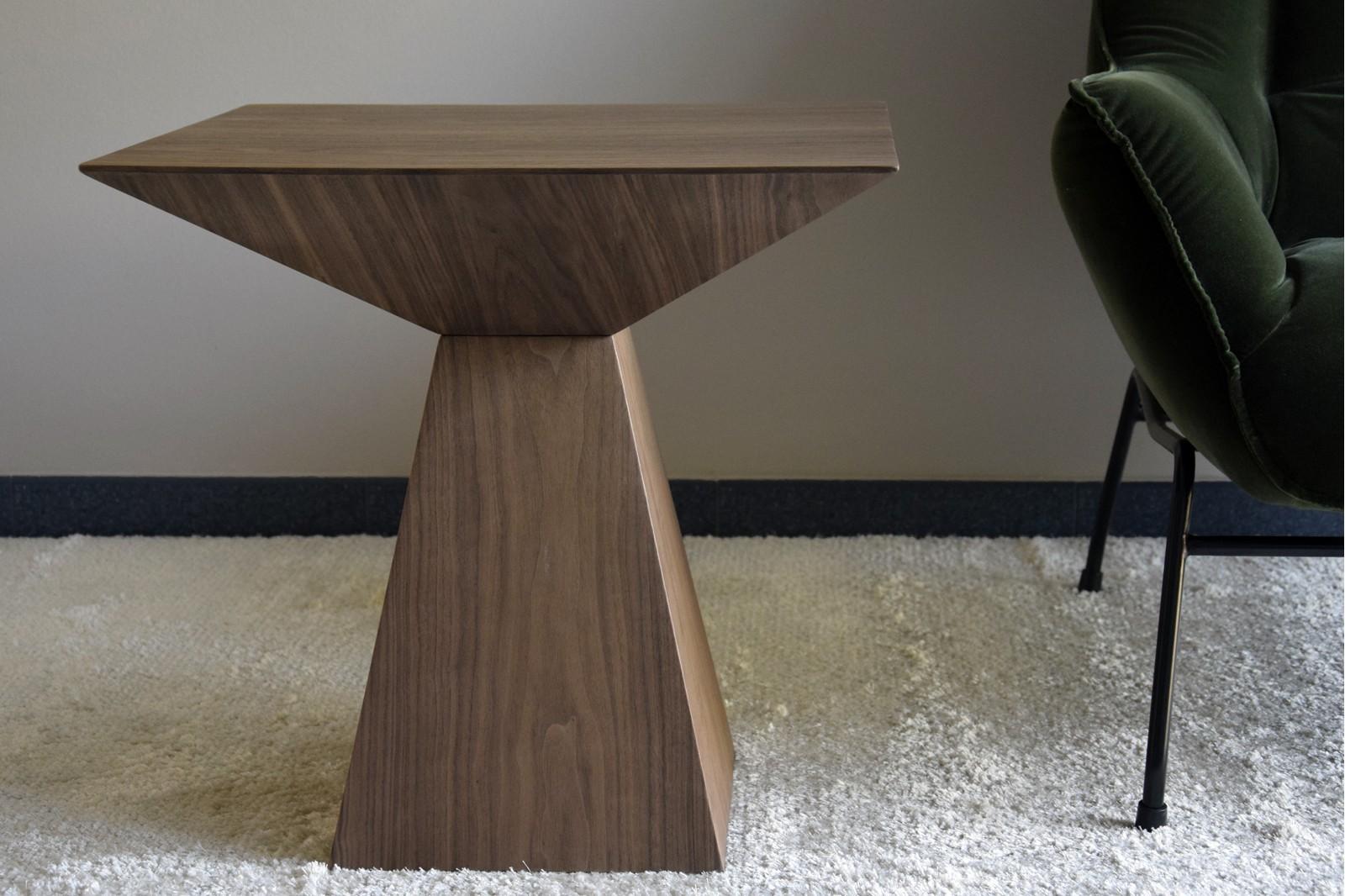 SQUARE SIDE TABLE. MATT WALNUT VENEER.