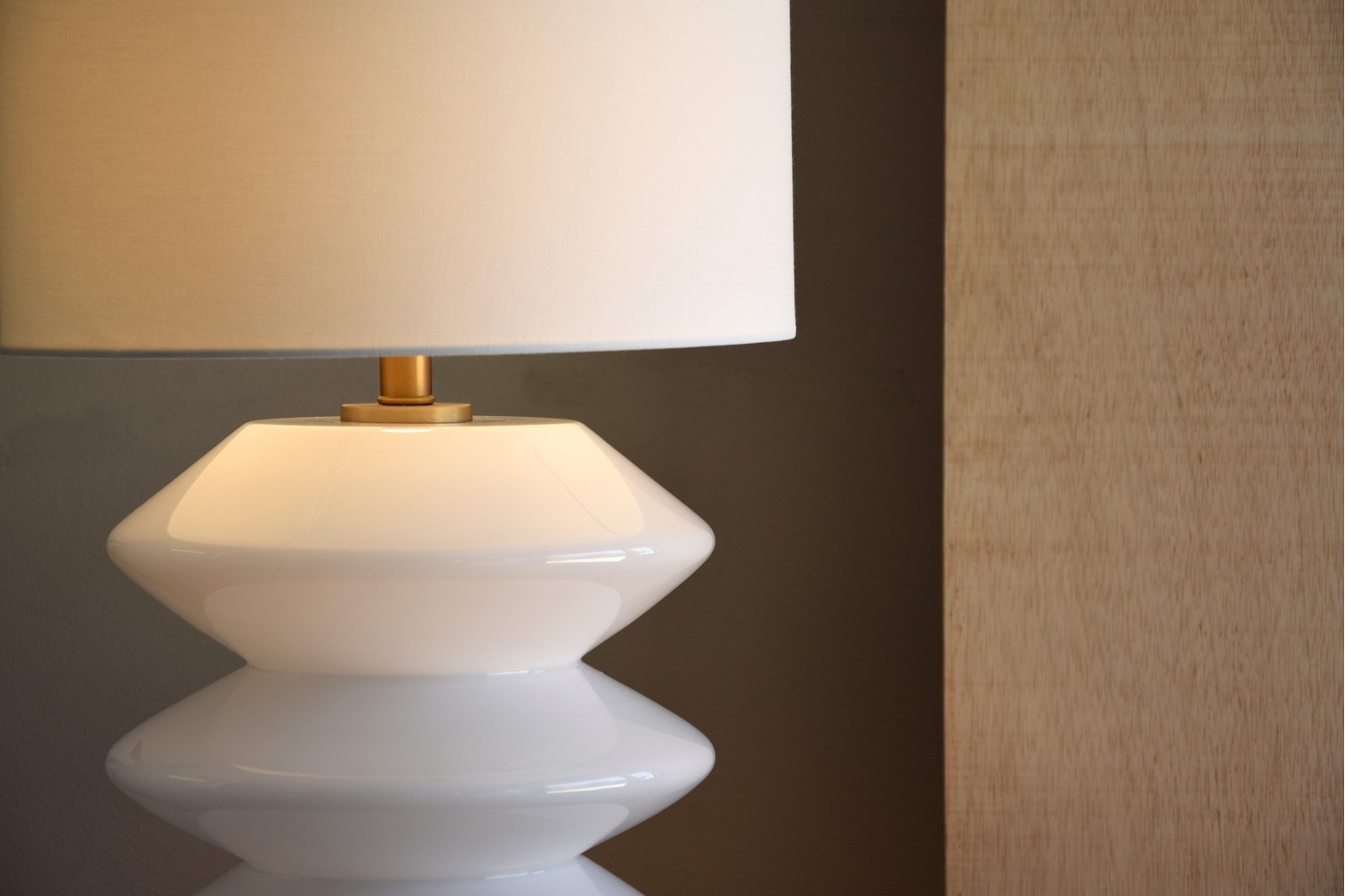 WHITE GLASS TABLE LAMP ZIG ZAG WITH SHADE