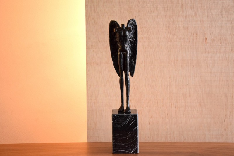 ANGEL SCULPTURE ON A MARBLE BASE. SMALL