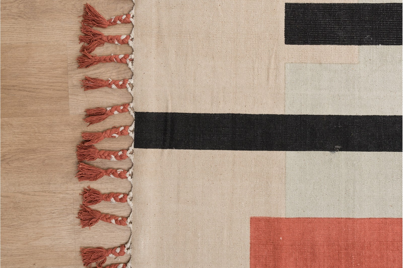 FLORA RUG. ABSTRACT DESIGN AND FRINGES