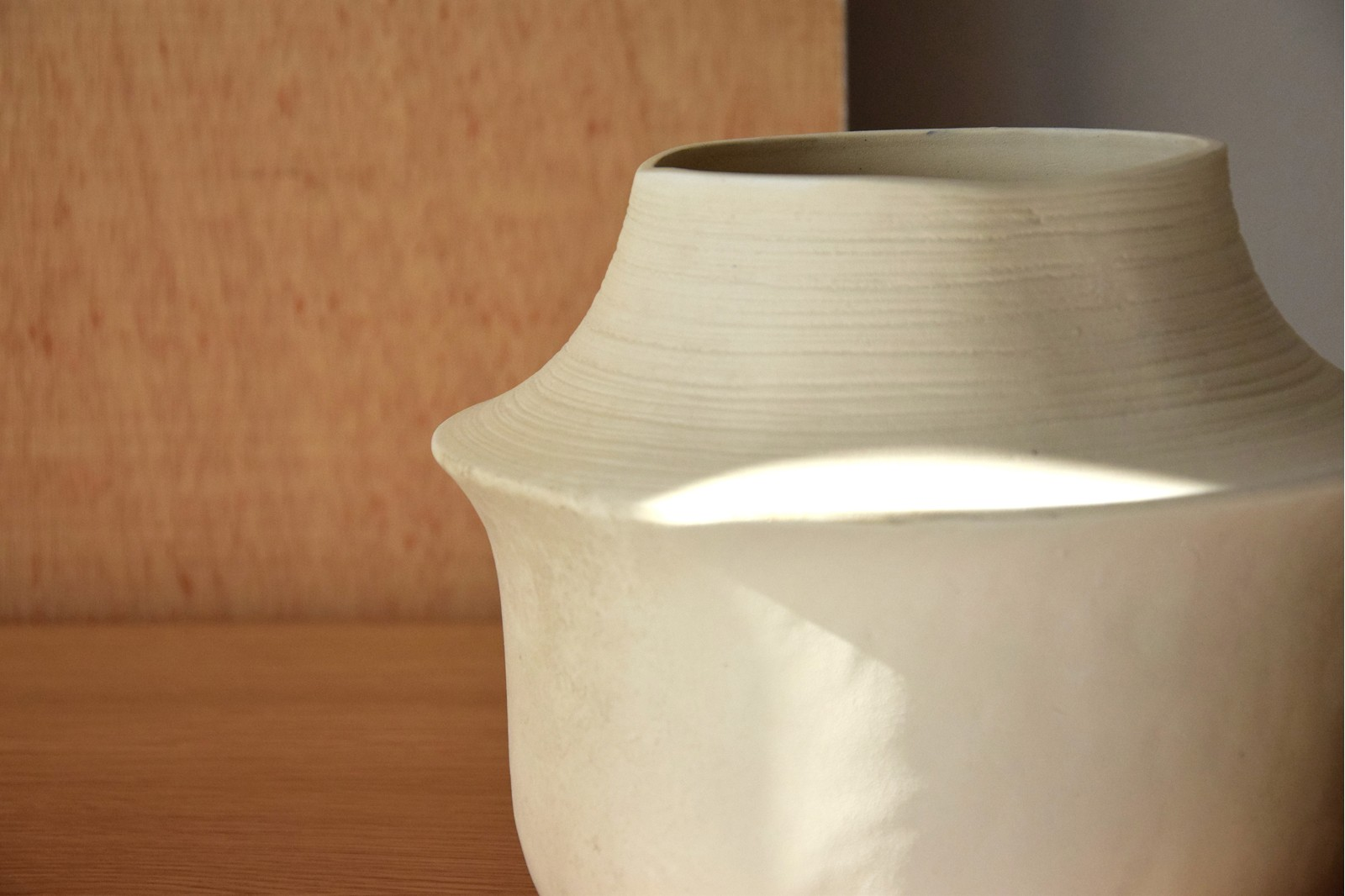 STONE COLLECTION: CERAMIC VASES AND CENTERPIECE
