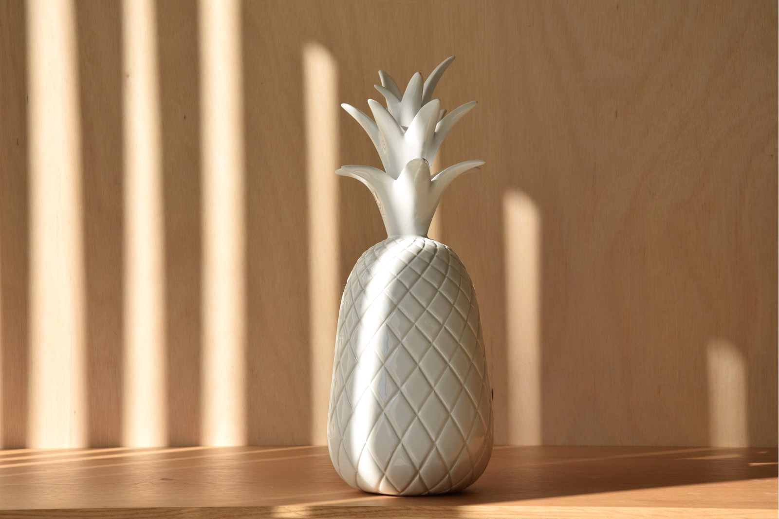 PINEAPPLE COLLECTION. CERAMIC SCULPTURE WHITE GLOSSY