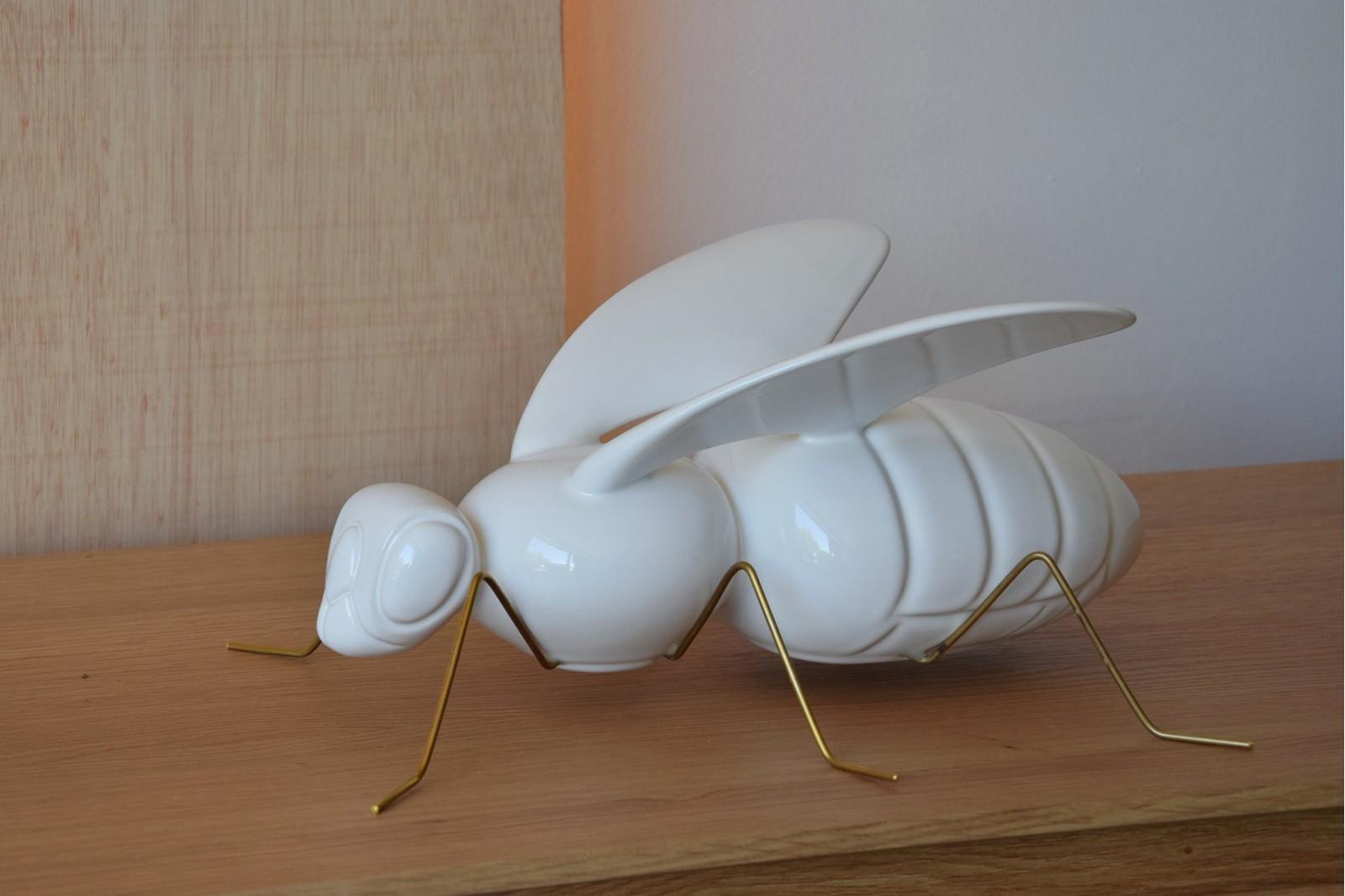 BEE SCULPTURE. CERAMIC. GLOSSY WHITE