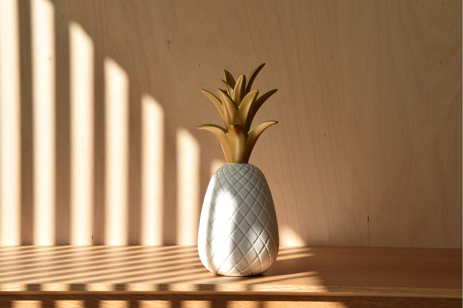 PINEAPPLE COLLECTION. WHITE GOLD CERAMIC SCULPTURE