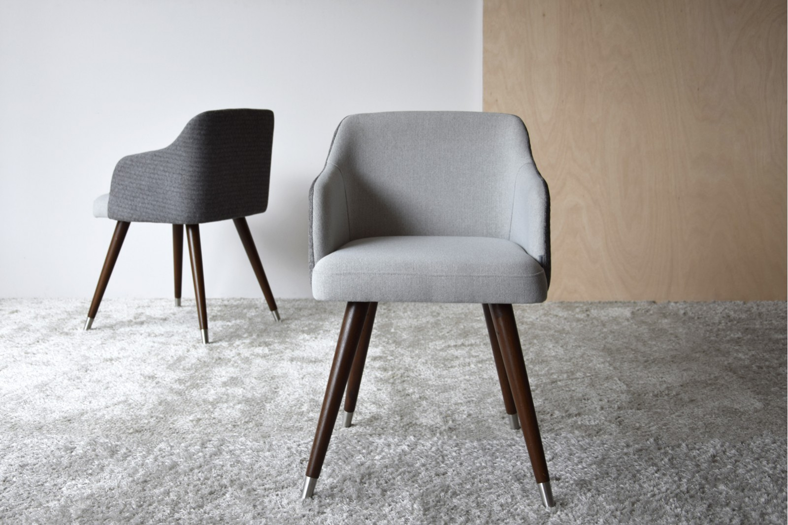 DINING CHAIR. GREY COLOR AND WOODEN LEGS.